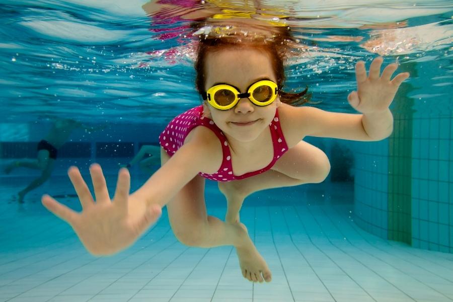 детское плавание в бассейне фото